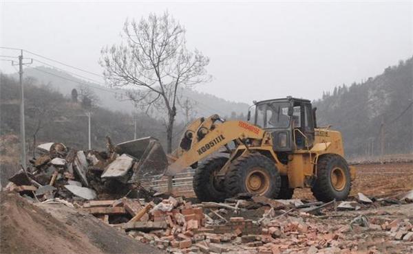 林州市原康镇一处违建养殖场被依法拆除